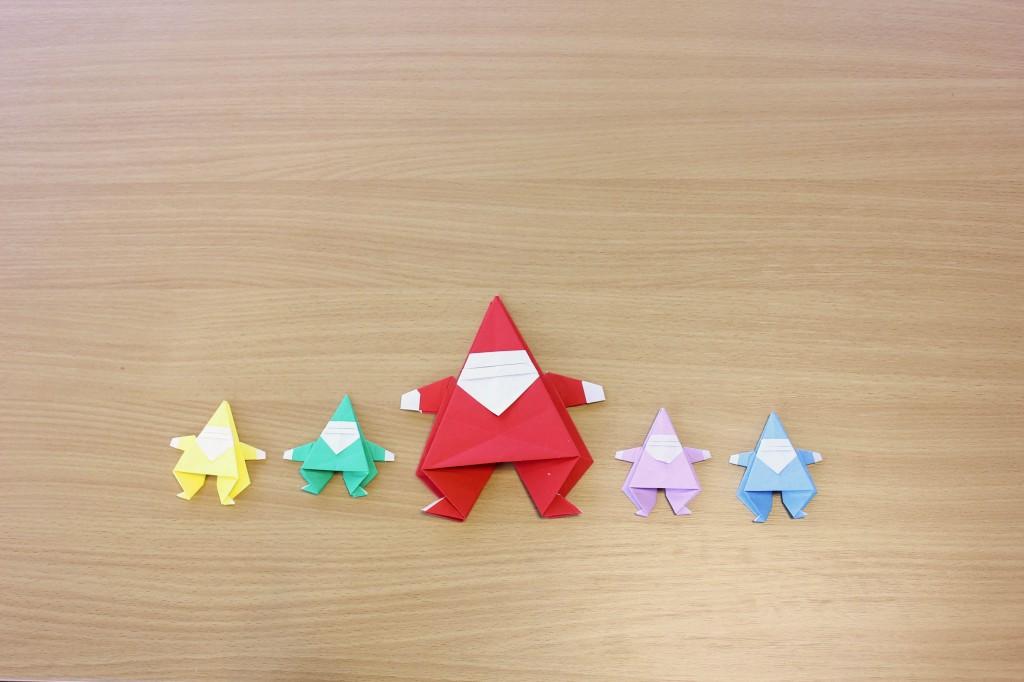 Grote en kleine origami kerstmannen