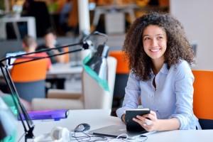 Vrouw lacht op kantoor
