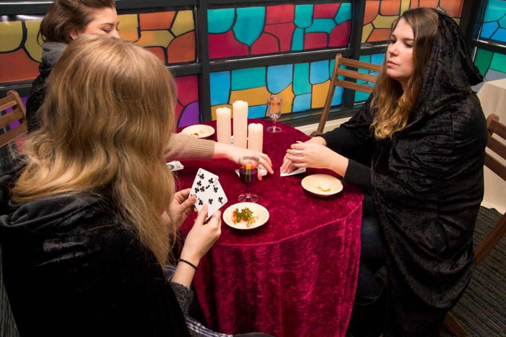 werknemers spelen kaartspel