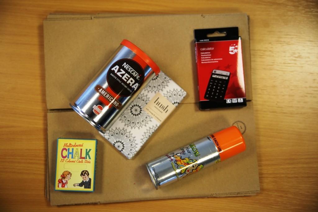 Inhoud van het entreprenuerspakketje: Azera koffie, chocoladereep, hairspary, stoepkrijt, rekenmachine