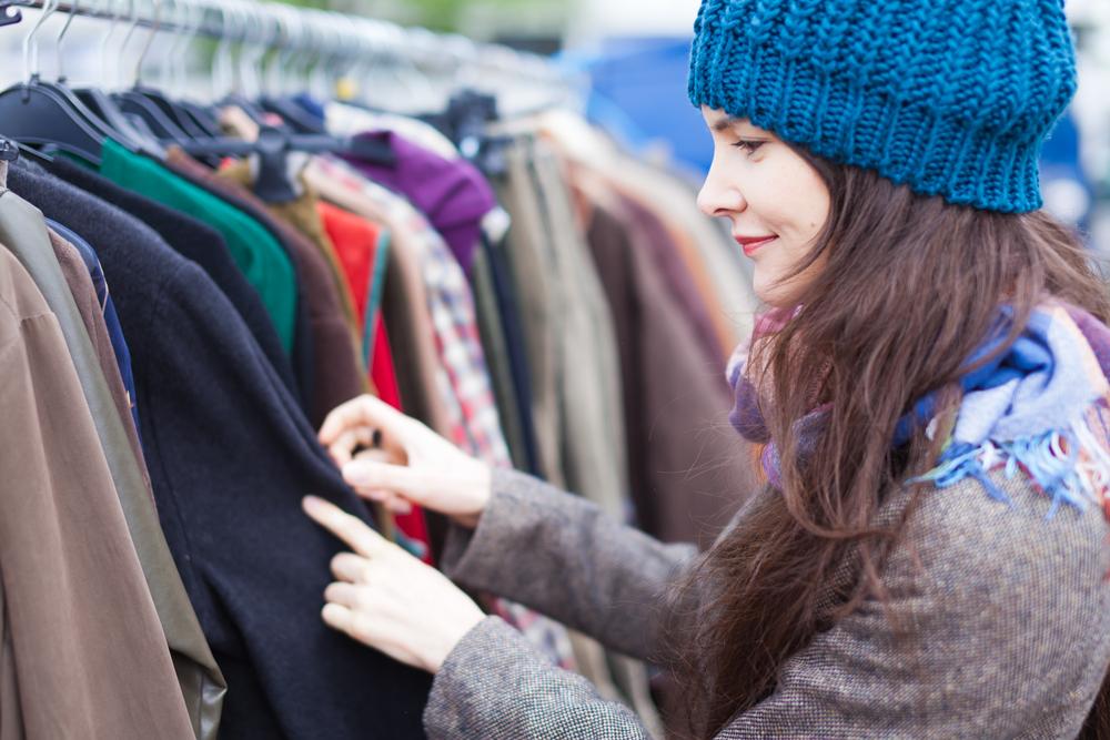 Vrouw zoekt naar kleding op de markt