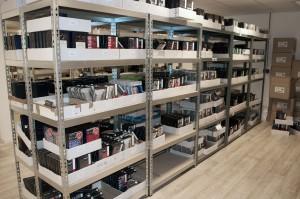Rijen boxer shorts in het magazijn van FashCom