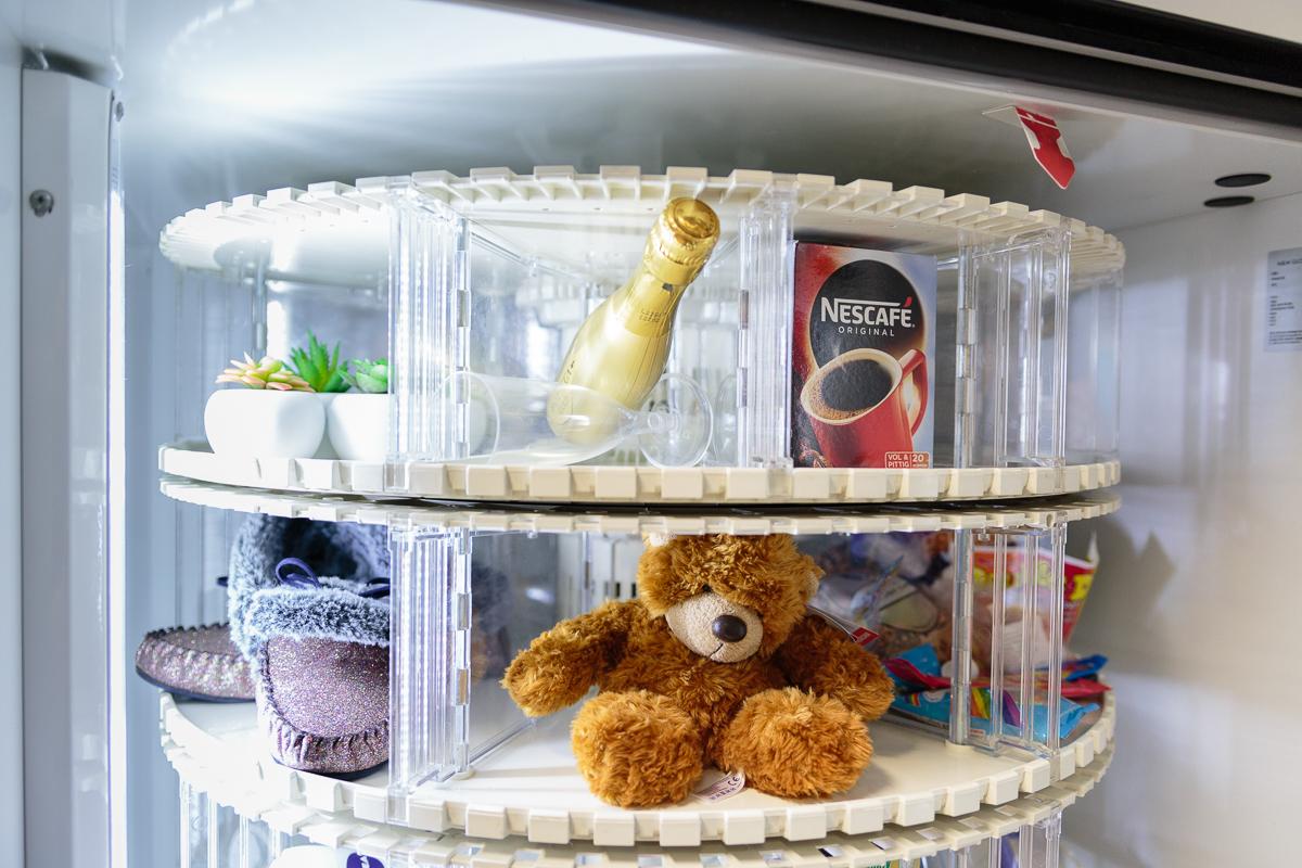 Champagne en teddybeer in een kantoorautomaat