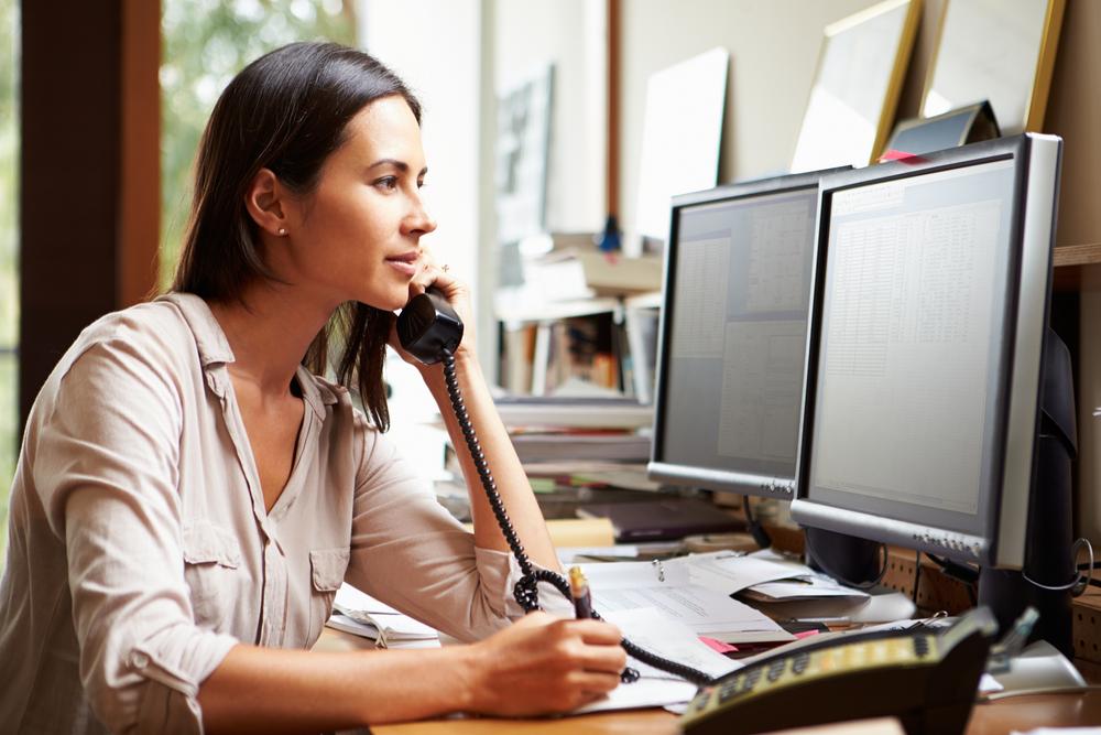 Vrouw aan de telefoon op kantoor